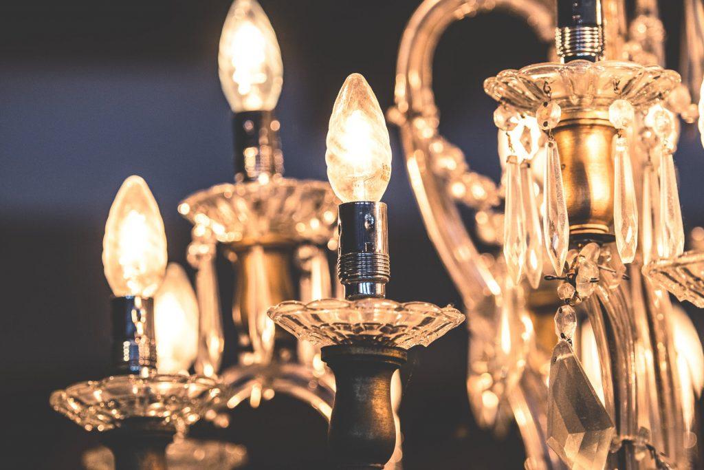 Gros plan d'un lustre allumé avec des ampoules