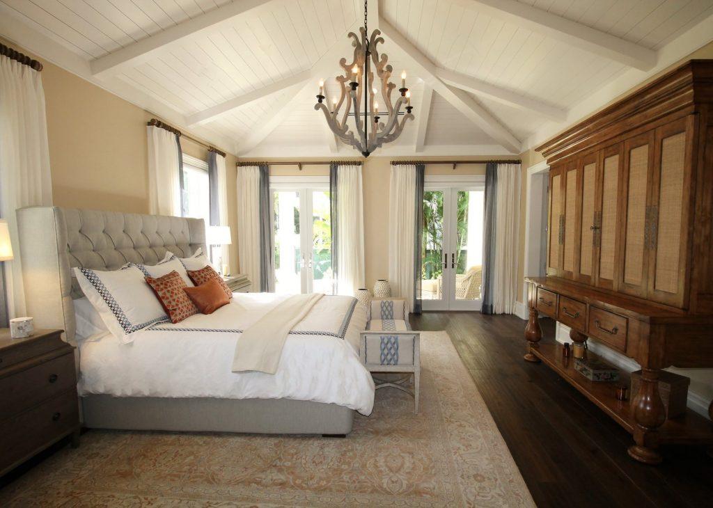 Lustre en bois dans la chambre d'une villa en bord de mer